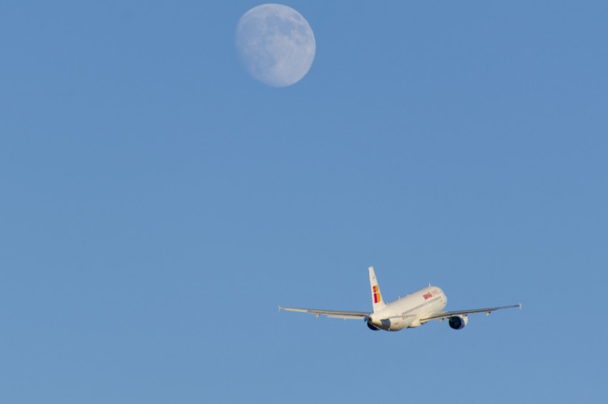 An Iberia Express Airbus A320-200 departing at Malaga whith the moon rising.